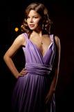 Mulher à moda da forma luxuosa no interior rico Gir bonito Imagem de Stock
