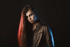 Mulher à moda de Wondeful que levanta no estúdio com luz vermelha e azul Fotografia de Stock Royalty Free