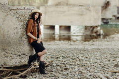 Mulher à moda do boho com a joia que levanta no rio Cigano bonito imagem de stock