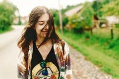 Mulher à moda do moderno que sorri e que relaxa, humor calmo em ensolarado Fotos de Stock Royalty Free