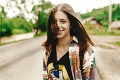 Mulher à moda do moderno que sorri e que relaxa, humor calmo em ensolarado Foto de Stock Royalty Free