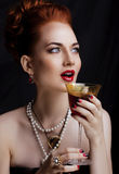 Mulher à moda do ruivo da beleza com do penteado e do tratamento de mãos fim vestindo da pérola da joia acima foto de stock