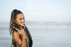 Mulher à moda em férias de verão na praia Imagem de Stock Royalty Free
