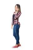 Mulher à moda lindo do estilo da rua que fala no telefone que sorri na câmera fotografia de stock royalty free