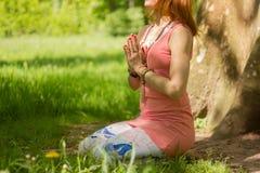 Mulher à moda na posição da ioga imagem de stock
