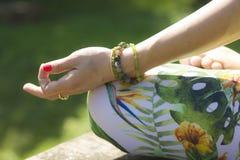 Mulher à moda na posição da ioga dos lótus imagem de stock royalty free