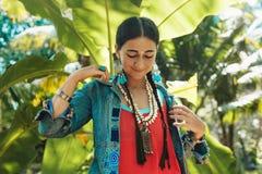 Mulher à moda nova alegre que tem o divertimento fora Imagem de Stock