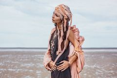 Mulher à moda nova com os acessórios elegantes do boho no bea foto de stock royalty free