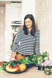 Mulher à moda nova do moderno no interior de sua cozinha imagem de stock