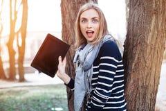A mulher à moda nova surpreendente está guardando a tabuleta digital com espaço da cópia na tela para seu índice da propaganda Imagens de Stock