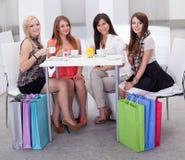 Mulher à moda que come o café Imagens de Stock
