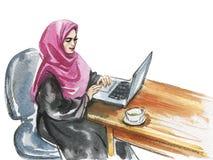 Mulher árabe da aquarela que trabalha no portátil fotografia de stock