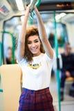Mulher árabe de sorriso dentro do metro imagens de stock