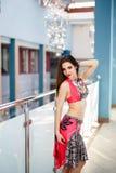 Mulher árabe do dançarino de barriga no retrato interno do traje colorido Foto de Stock Royalty Free