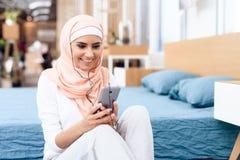 Mulher árabe no resto do hijab após a ginástica foto de stock