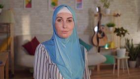 Mulher árabe nova em um hijab com uma cicatriz da queimadura em sua cara vídeos de arquivo