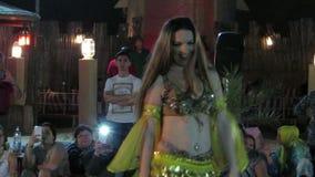 Mulher árabe que faz a dança do ventre video estoque