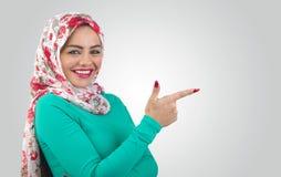Mulher árabe que guarda o saudita do carro, Arábia, ksa, arabian, Islã, encantando, modelo, lazer, atrativo, dhabi, qatar, aprese Fotografia de Stock Royalty Free