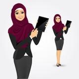Mulher árabe que mostra a tela da tabuleta Imagem de Stock