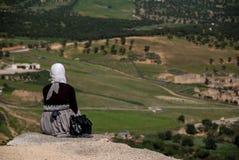Mulher árabe que olha a cidade do fez Imagens de Stock Royalty Free