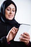 Mulher árabe que usa a tabuleta digital Foto de Stock Royalty Free