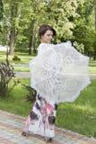 A mulher é coberta com um guarda-chuva do sol Fotos de Stock