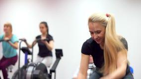 A mulher é contratada ativamente nos exercícios do gym com cordas do combate vídeos de arquivo