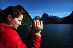 A mulher é película seu desengate a Fiordland NZ fotos de stock
