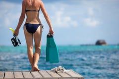 A mulher é prepara-se mergulhando ou mergulhando com equipamento para o sn foto de stock royalty free