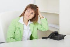 Mulher é riscos confundidos no nape Foto de Stock
