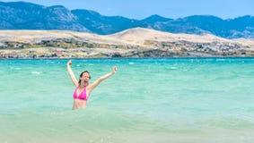 A mulher é saltar da água que comemora o estilo de vida saudável fotografia de stock royalty free