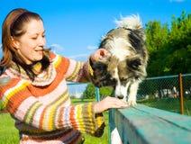 A mulher é treinamento do cão Fotos de Stock Royalty Free