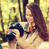 A mulher é um fotógrafo profissional com câmera da foto fotografia de stock