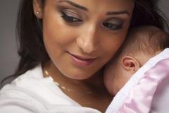 Mulher étnica atrativa com seu bebê recém-nascido Fotos de Stock Royalty Free