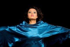 Mulher étnica bonita envolvida no cetim fotos de stock royalty free