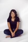 Mulher étnica bonita que senta-se com pés desencapados Fotografia de Stock Royalty Free