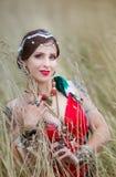 Mulher étnica com as maçãs na grama foto de stock royalty free