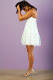 Mulher étnica nova com o vestido branco bonito imagens de stock royalty free