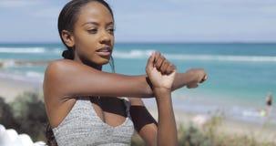 Mulher étnica que estica o braço video estoque