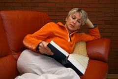 Mulher #2 da leitura Fotos de Stock Royalty Free