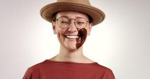 A mulher aborrecida recebe um gelado no mordente e no riso video estoque