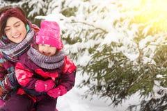 A mulher abraça a filha no inverno foto de stock royalty free
