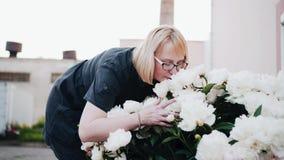 A mulher abraça flores Bom modo relaxe vídeos de arquivo