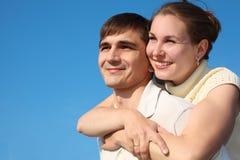 A mulher abraça o homem de atrás Imagem de Stock Royalty Free