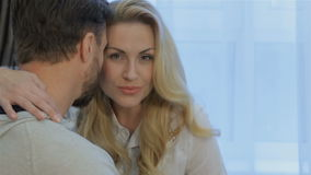 A mulher abraça seu marido em casa vídeos de arquivo