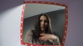 A mulher abre a caixa de presente e obtém uma surpresa desagradável e cobre-a para trás filme