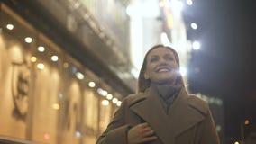 Mulher absolutamente feliz que aprecia a vida que anda abaixo da rua, boa notícia, acoplamento vídeos de arquivo