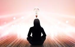 A mulher abstrata está meditando em raios da cor pastel da luz e do dinheiro do sinal do blub da luz no fundo vibrante imagem de stock