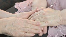 A mulher acalma a mulher envelhecida 80s em período do esforço video estoque