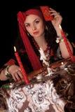 Mulher aciganada que senta-se com cartões. Isolado Imagem de Stock Royalty Free